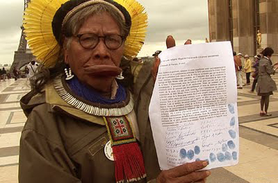 Chief Raoni in Paris presenting his petition.